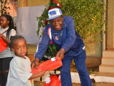Weihnachtsgeschenke für Waisenkindern